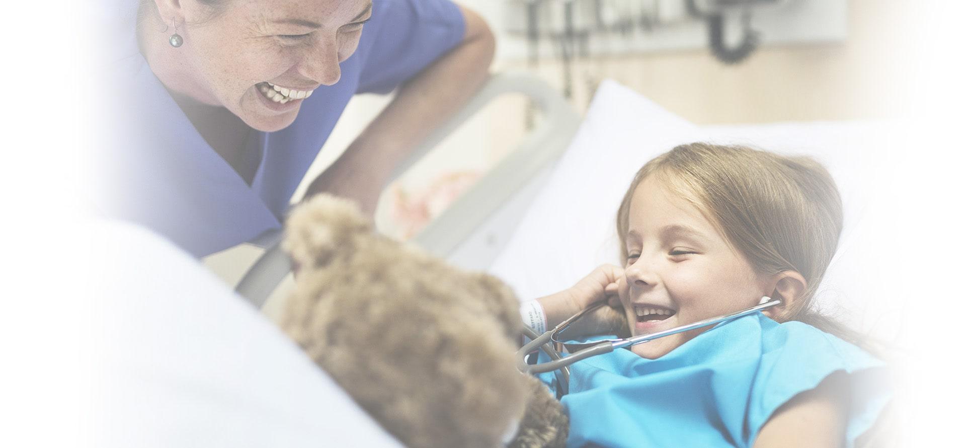 Una sanitaria y una niña sonriendo