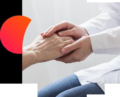 Primer plano de un doctor cogiendo las manos de un paciente